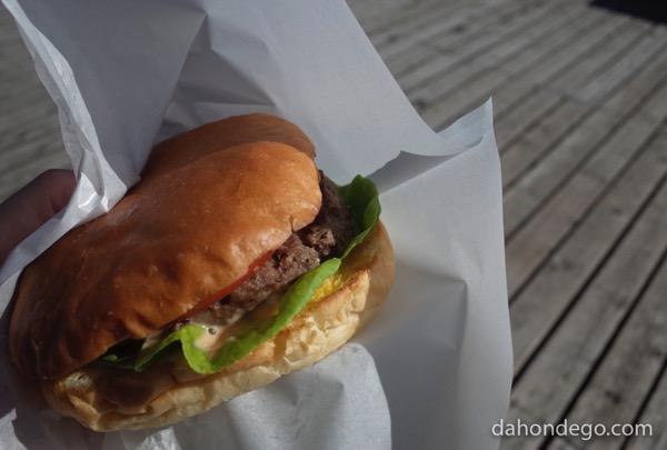 サイクリストなら和牛100%の巨大ビンゴバーガーを食せ!【道の駅「三芳村」鄙の里】